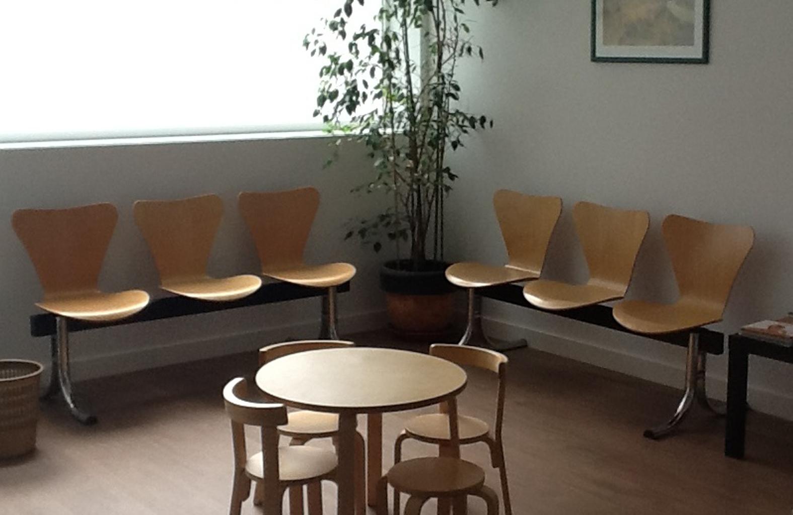 Sala de espera con mesa de centro